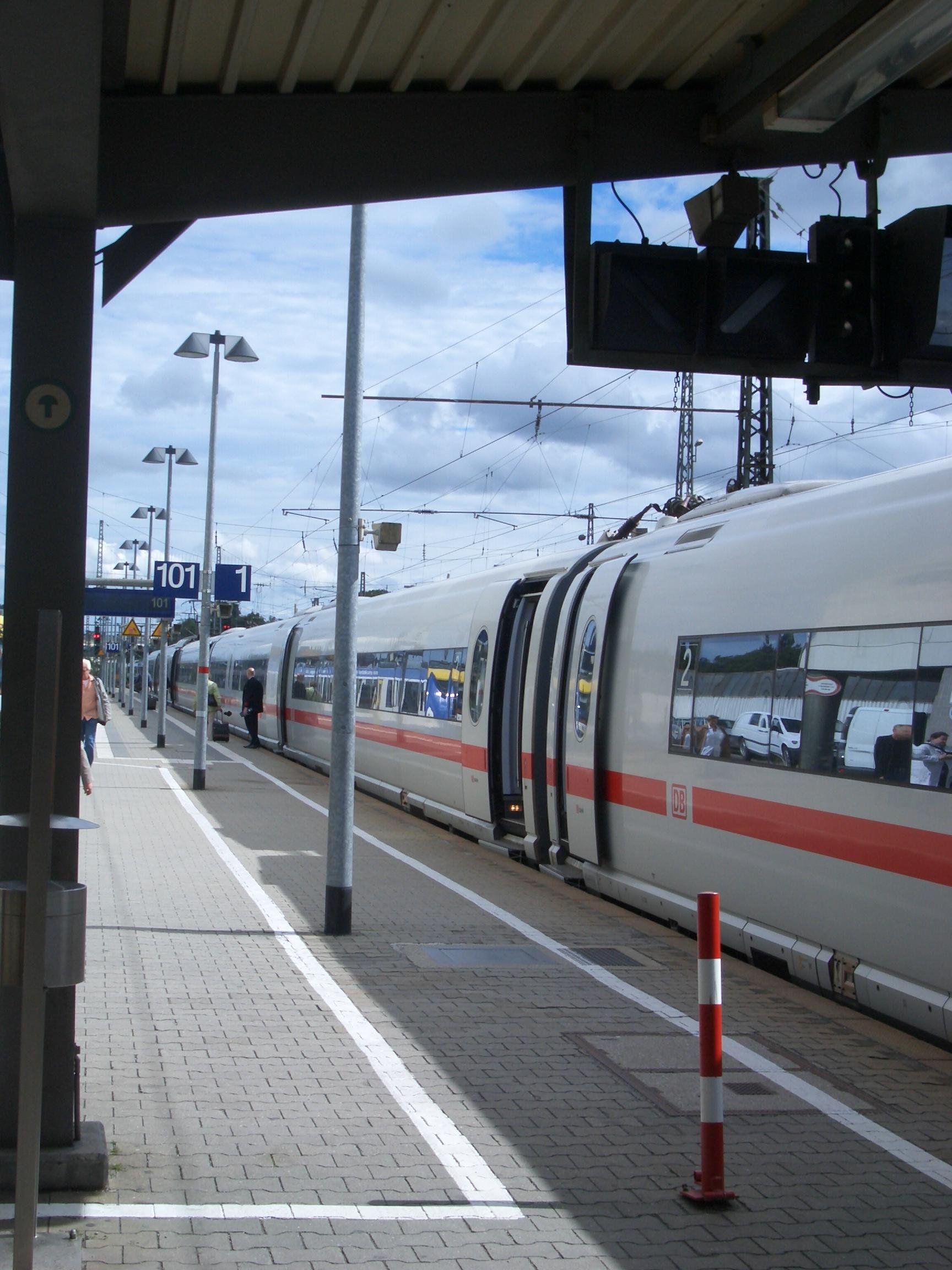 Bahnsteig 1 Süd für die 1.Klasse ICE, Hbf Augsburg