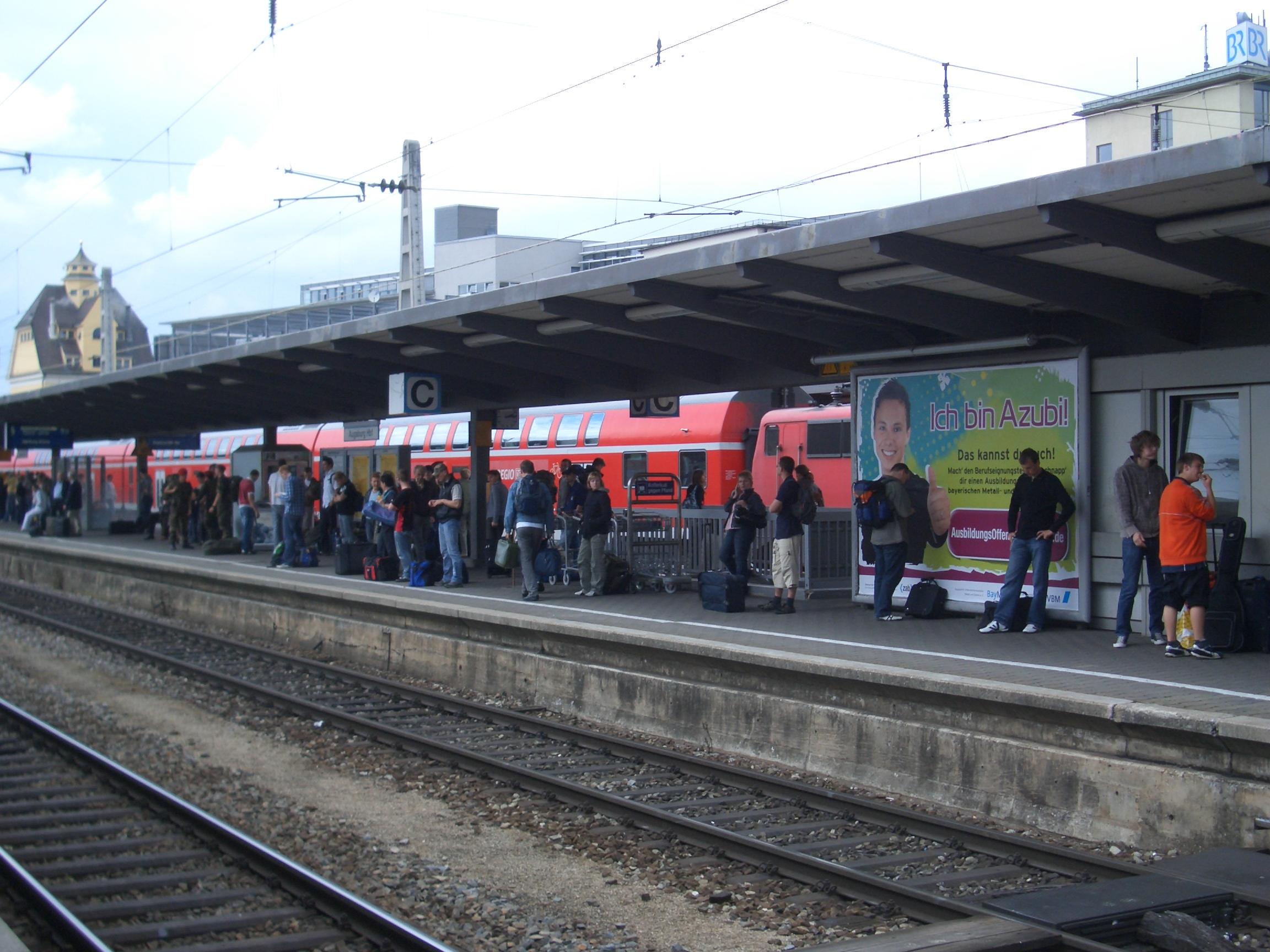 Wartende Fahrgäste auf zu schmalen Bahsnteigen am Hbf Augsburg