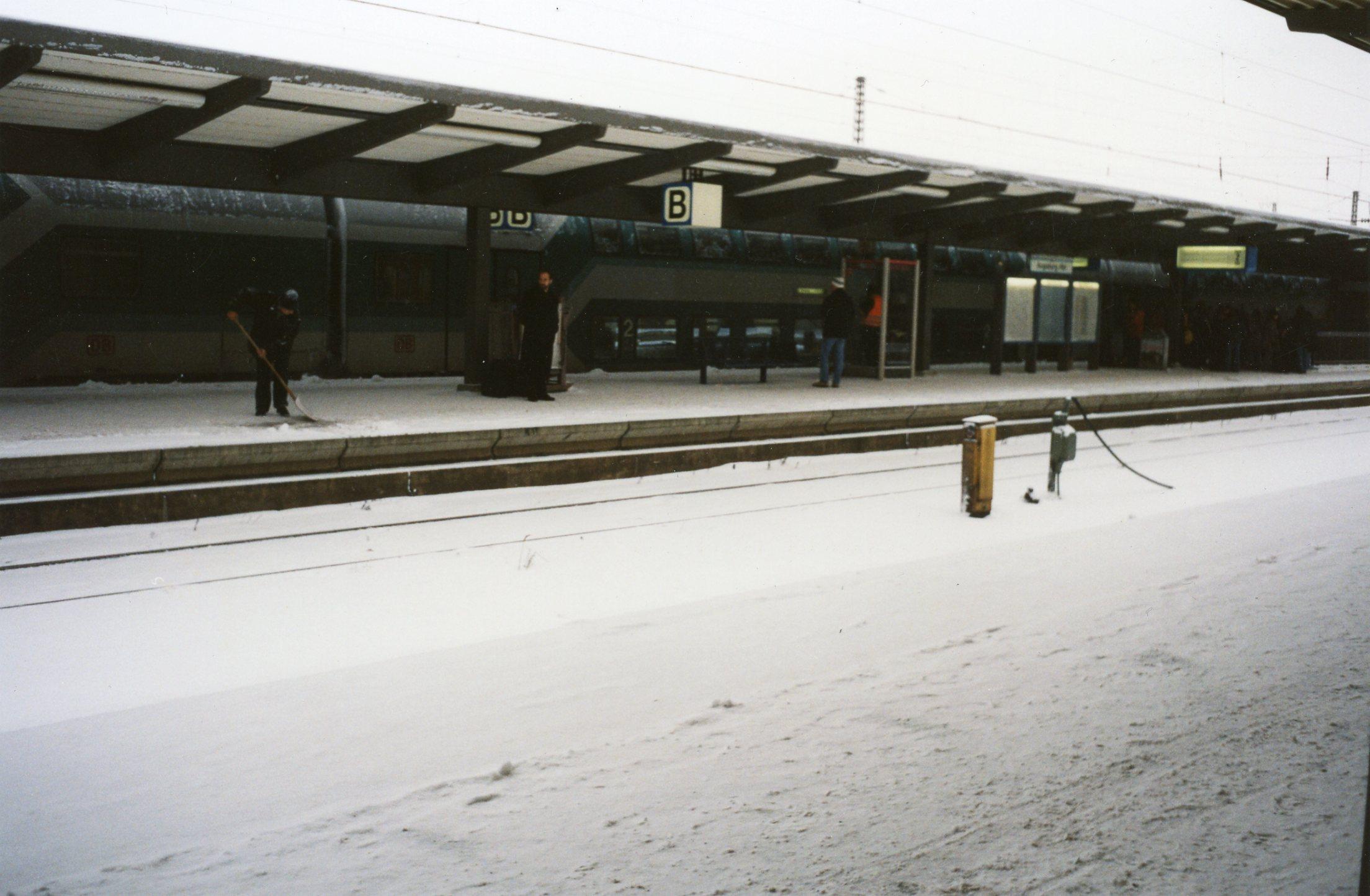Verschneiter Bahnsteig trotz Dach am Hbf Augsburg