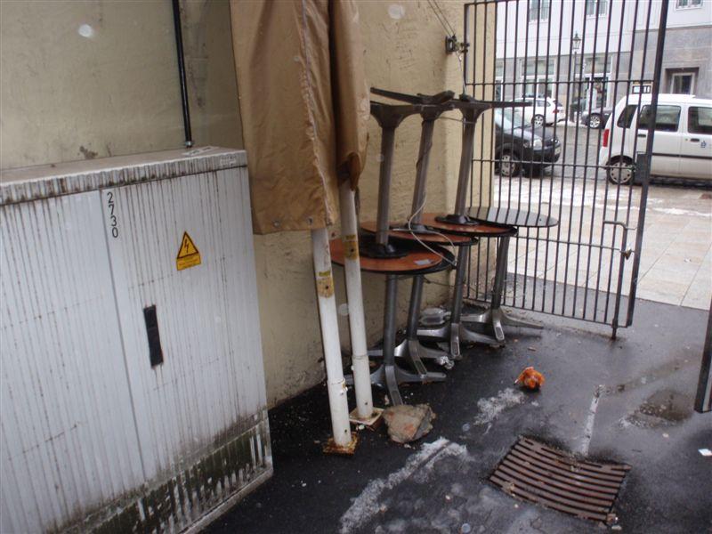 Gleich hinter dem Gittertor zur Maxstraße beginnt der Müll