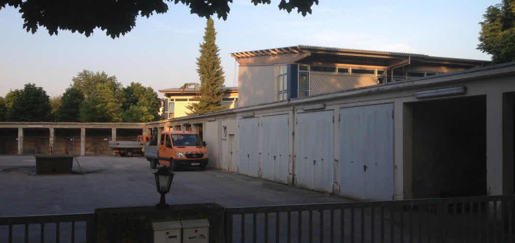Blick in den Hof des Depots Nord (Rechts über den Garagen das Schulgebäude)