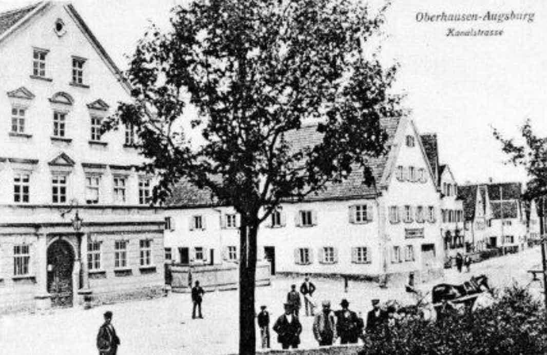 Links im Bild das Rathaus