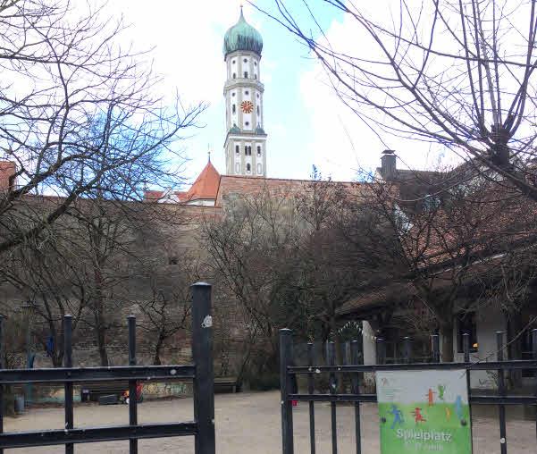 Eingang zum Hof mit Blick auf den Ulrich