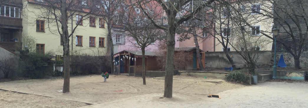 Wie ein kleiner Park: Der Spielhof hinter dem Haus
