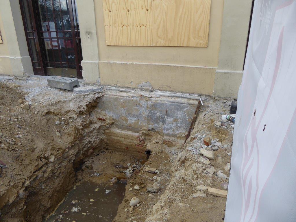Der Sockelbereich des Rüberbaus aus grauem Sandstein ist  wieder sichtbar