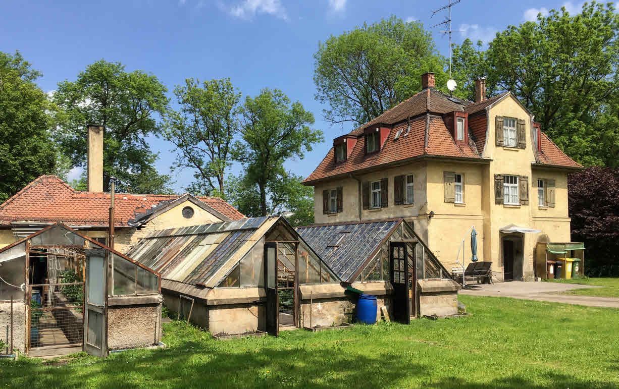Gesamtanlage Gärtnerhaus mit Gewächshäusern und dahinter das Heizhaus